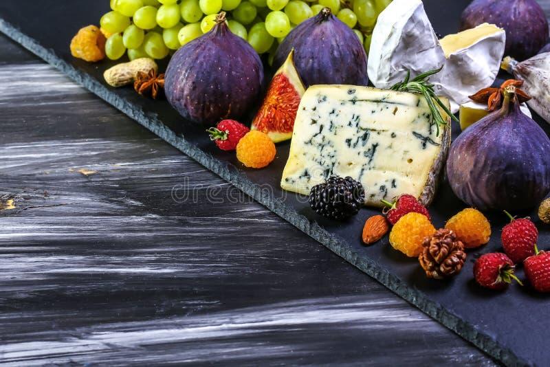 Vinho e queijo com dos figos vida ainda Espaço da área de texto imagens de stock royalty free