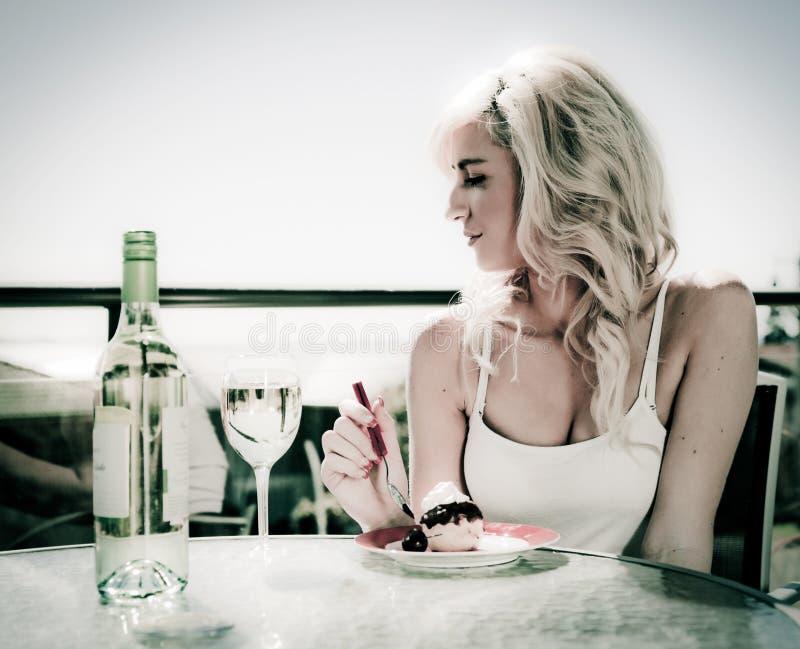 Vinho e sobremesa no café fotografia de stock royalty free