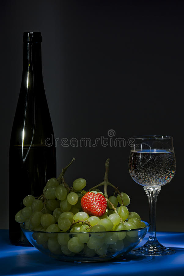 Vinho e uvas com strawberrie fotografia de stock royalty free