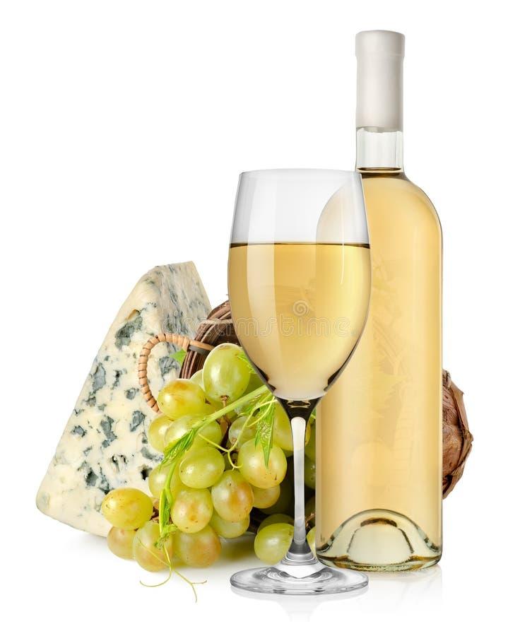 Vinho e uvas do queijo azul na cesta fotografia de stock royalty free
