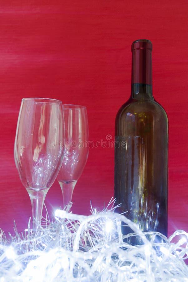 Vinho e vidros de vinho elegantes imagem de stock