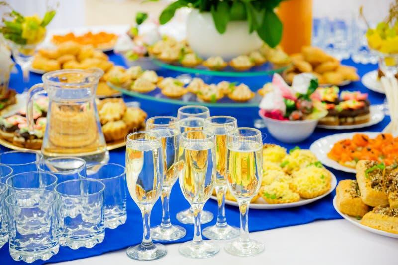 Vinho espumante branco em copos Quadros apresentados de forma positiva no Banquet Diversas iguarias, snacks e bebidas Restauração foto de stock