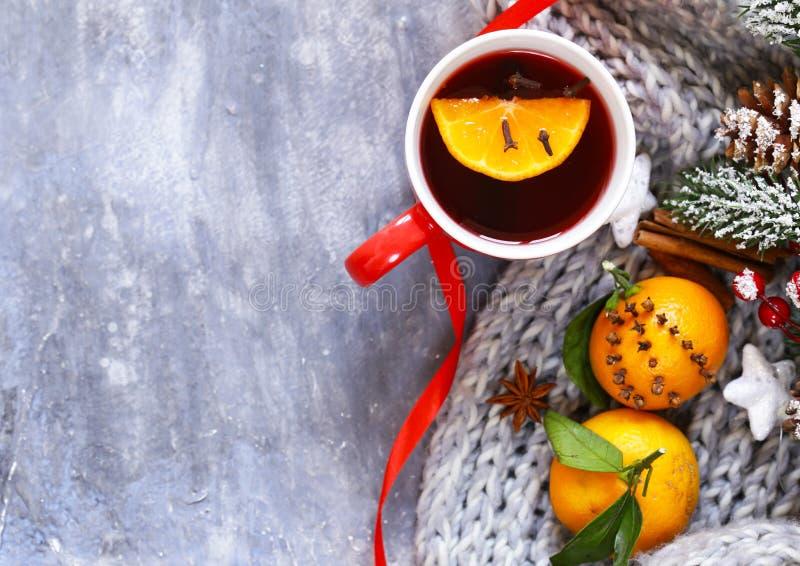 Vinho ferventado com especiarias do inverno bebida tradicional Bebida do Natal imagens de stock