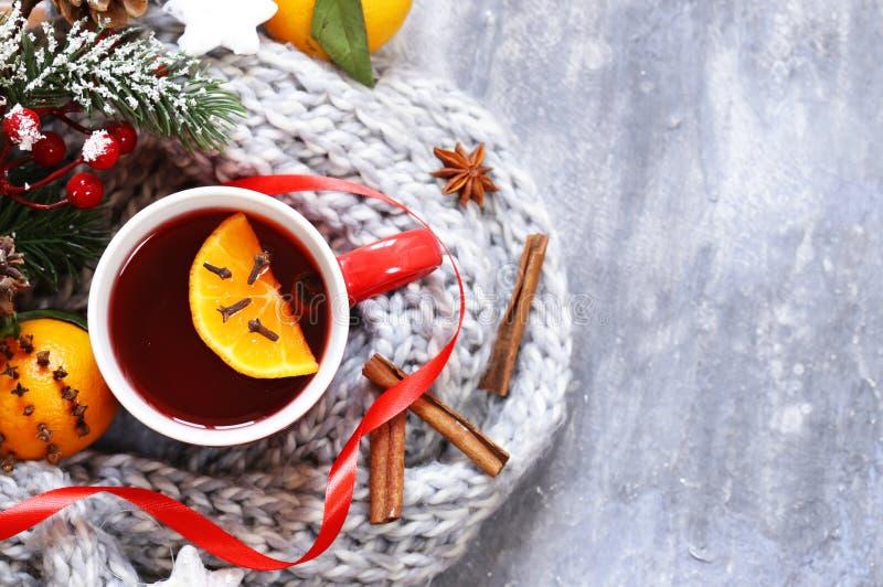 Vinho ferventado com especiarias do inverno bebida tradicional Bebida do Natal imagem de stock royalty free