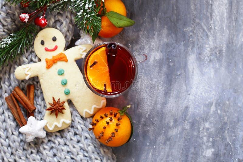 Vinho ferventado com especiarias do inverno bebida tradicional Bebida do Natal imagem de stock