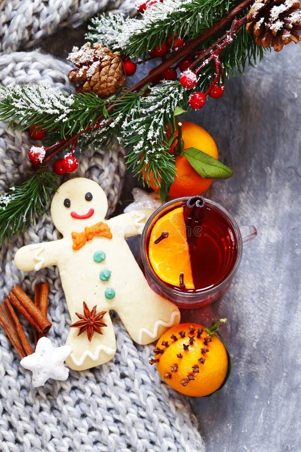 Vinho ferventado com especiarias do inverno bebida tradicional Bebida do Natal foto de stock