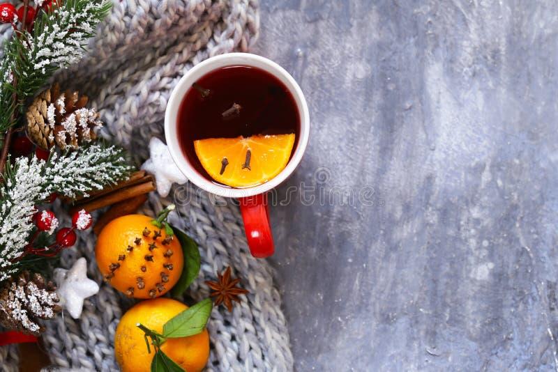 Vinho ferventado com especiarias do inverno bebida tradicional Bebida do Natal fotos de stock