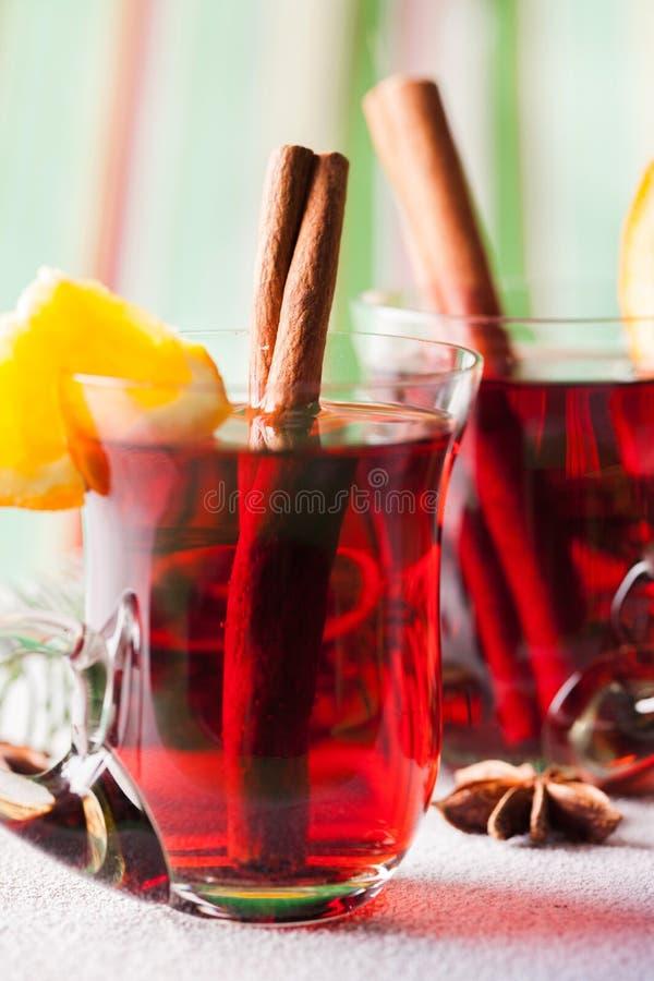 Vinho ferventado com especiarias nos vidros isolados no branco imagem de stock royalty free