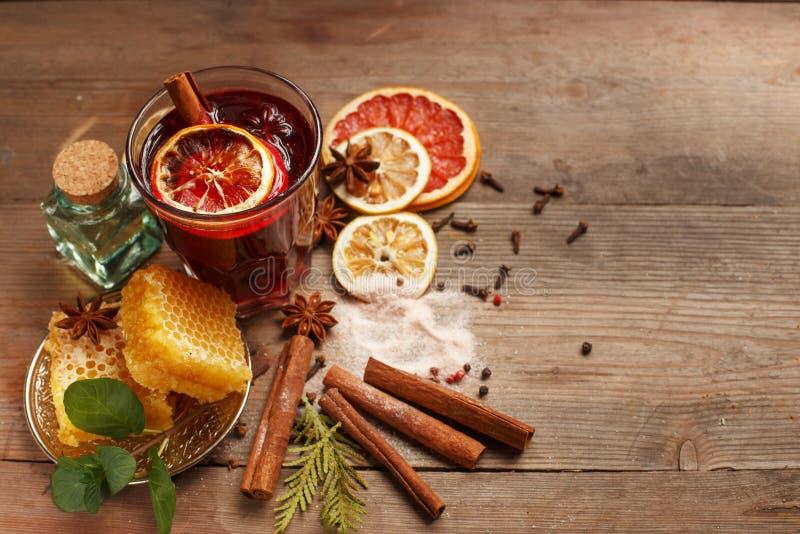 Vinho ferventado com especiarias perfumado em uma tabela de madeira ingredientes rustic imagens de stock royalty free