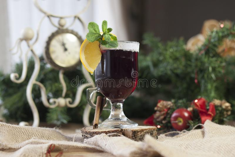Vinho ferventado com especiarias, vinho quente imagem de stock royalty free