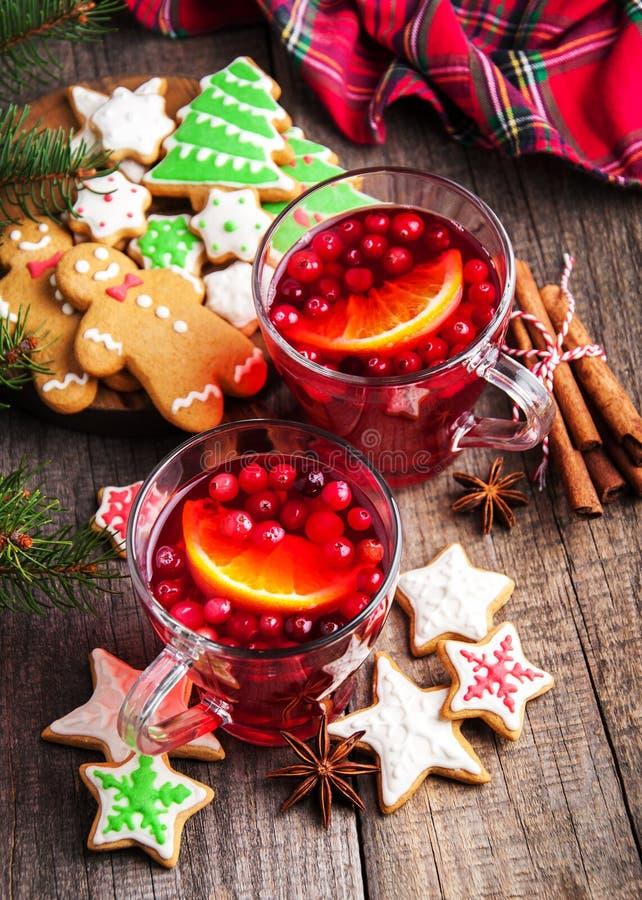 Vinho ferventado com especiarias quente do Natal imagens de stock