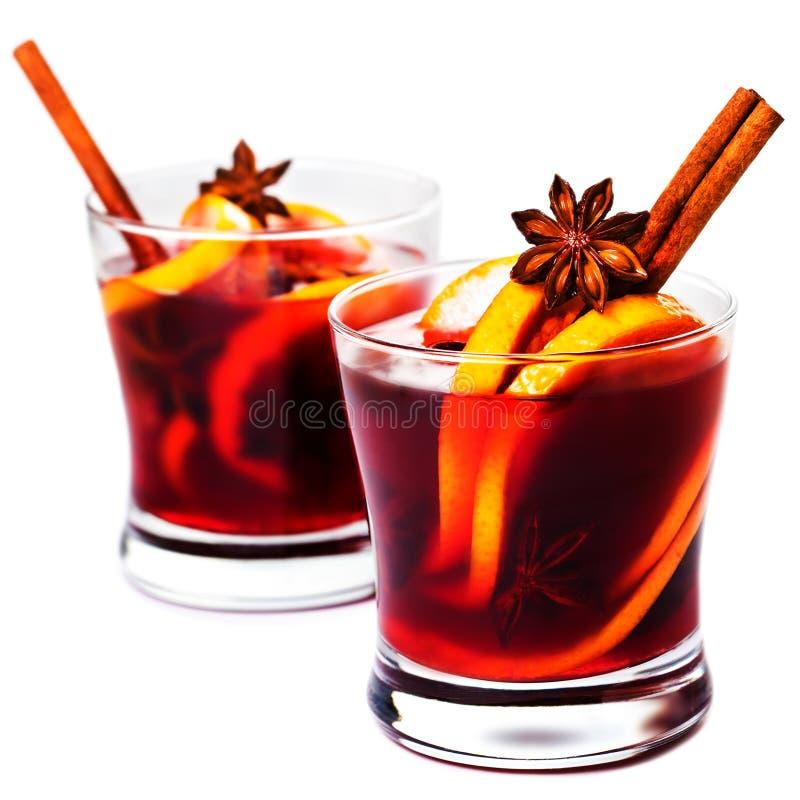 Vinho ferventado com especiarias quente do Natal para o inverno com as especiarias isoladas no whi imagem de stock royalty free