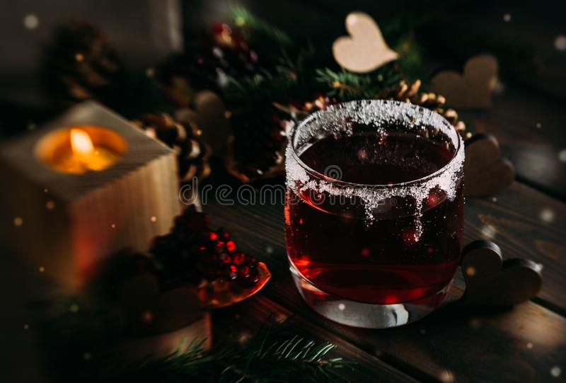 Vinho ferventado com especiarias quente e cenário romântico do inverno Dia do `s do Valentim fotografia de stock