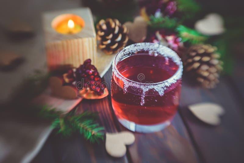 Vinho ferventado com especiarias quente e cenário romântico do inverno Dia do `s do Valentim fotos de stock royalty free