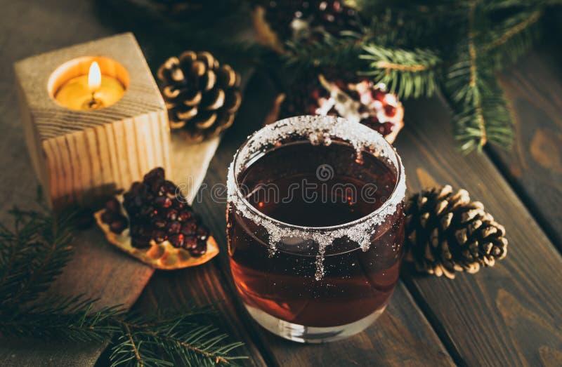 Vinho ferventado com especiarias quente e uma vela ardente Decorações festivas do Natal imagens de stock royalty free