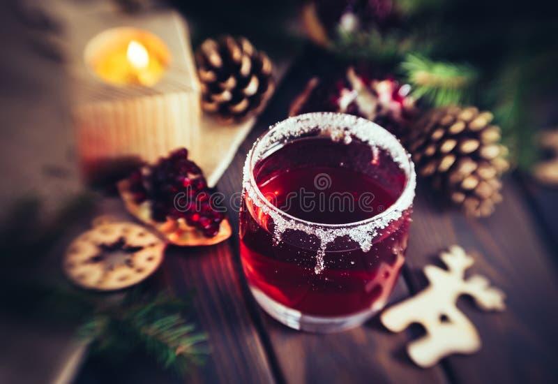 Vinho ferventado com especiarias quente e uma vela ardente Decorações festivas do Natal imagens de stock