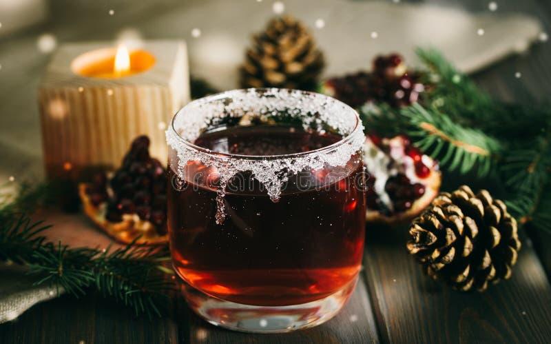 Vinho ferventado com especiarias quente e uma vela ardente Decorações festivas do Natal foto de stock royalty free