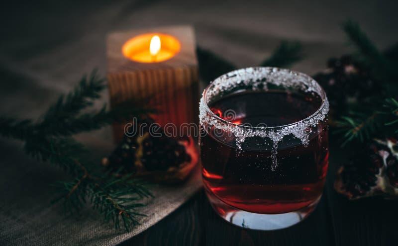 Vinho ferventado com especiarias quente e uma vela ardente Decorações festivas do Natal fotografia de stock