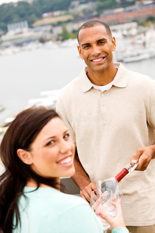 Vinho: Homem e mulher de sorriso aproximadamente para compartilhar do vidro do vinho imagens de stock royalty free