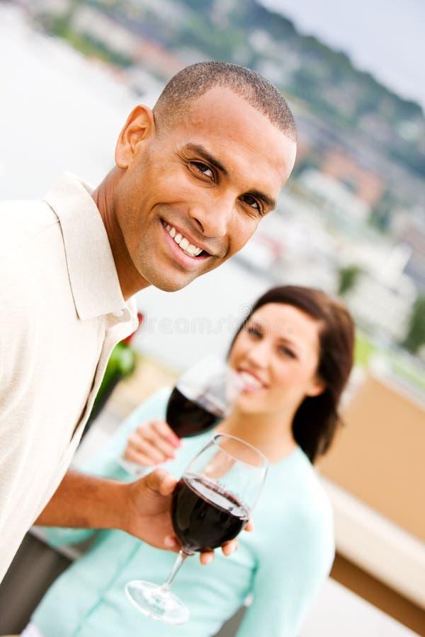 Vinho: Homem e mulher de sorriso com vinho tinto imagem de stock