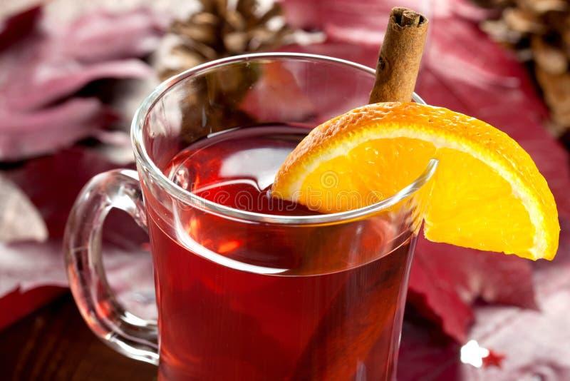 Vinho Mulled com laranja imagens de stock royalty free