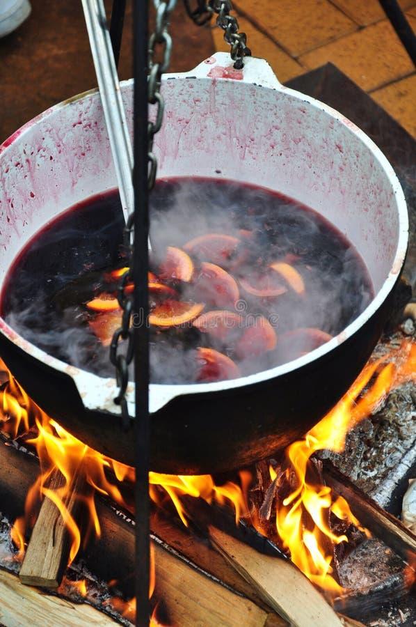 Vinho Mulled no incêndio imagem de stock