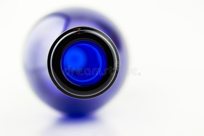 Download Wine Na Garrafa Azul Isolada No Fundo Branco Foto de Stock - Imagem de vinhedo, alcoholism: 29845810