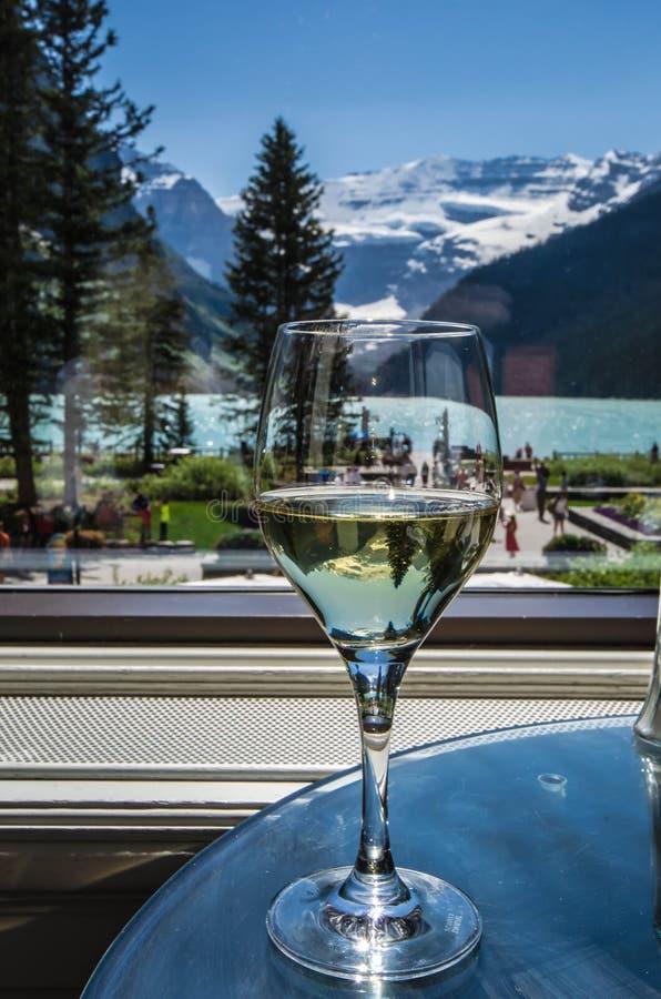 Vinho na sala de estar de Lakeview em Lake Louise foto de stock royalty free