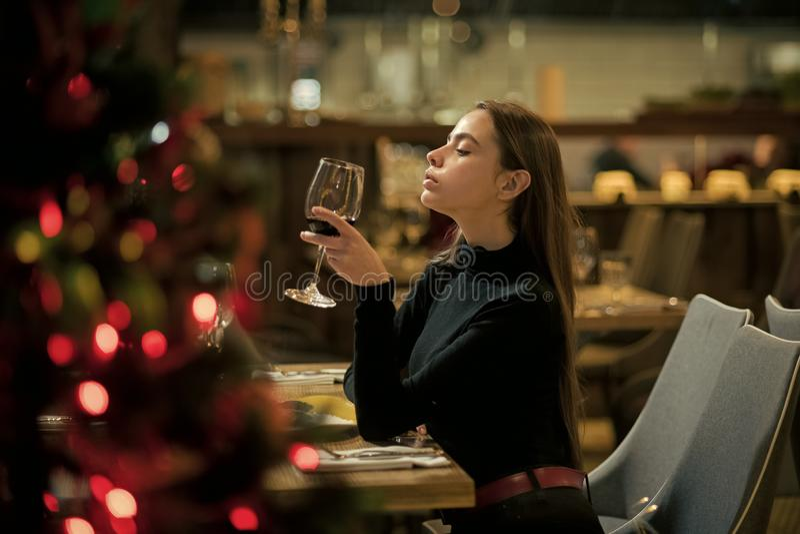 Vinho perfeito o cliente da barra senta-se no álcool bebendo do café menina com vinho tinto longo da bebida do cabelo Resto bonit foto de stock