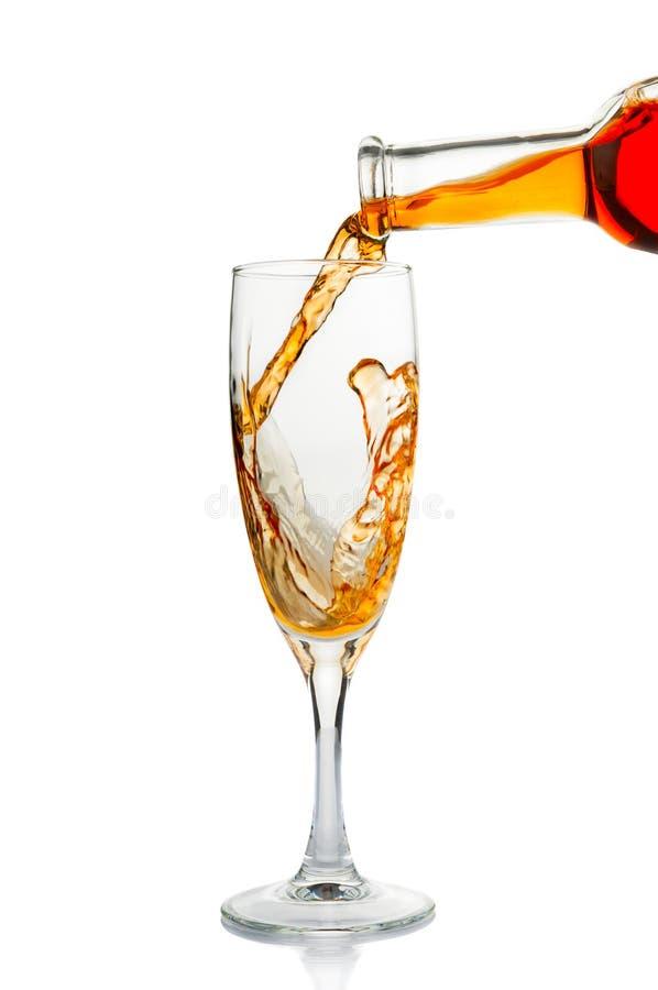 Vinho que derrama no vidro de vinho fotografia de stock royalty free