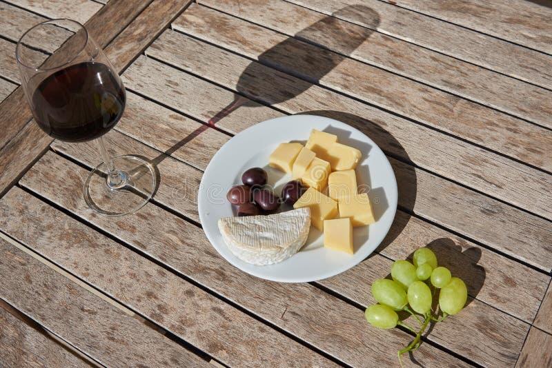 Vinho, queijo, azeitonas e uvas fotografia de stock