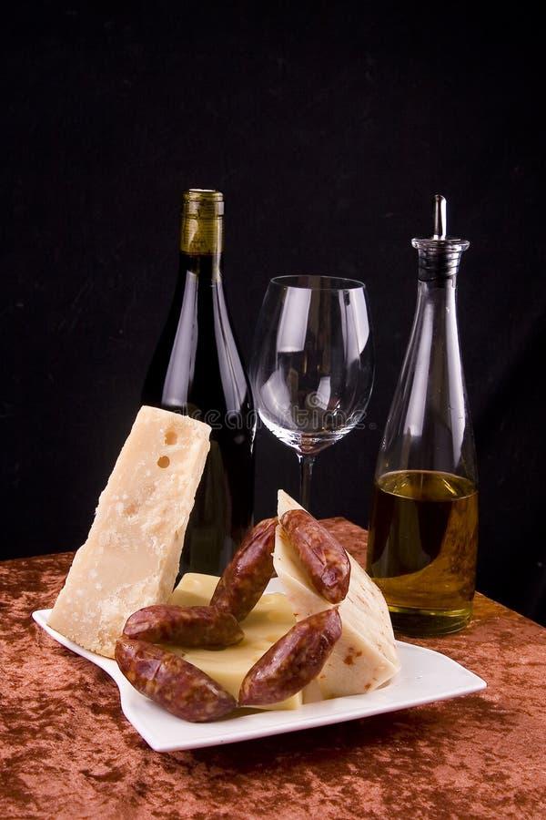 Vinho, queijo e salsichas fotografia de stock royalty free