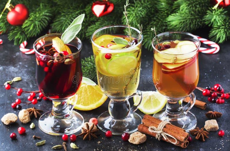 Vinho sangrado e sidra Bebidas quentes de inverno e cocktails para natal ou véspera de ano novo em canecas de vidro com especiari foto de stock
