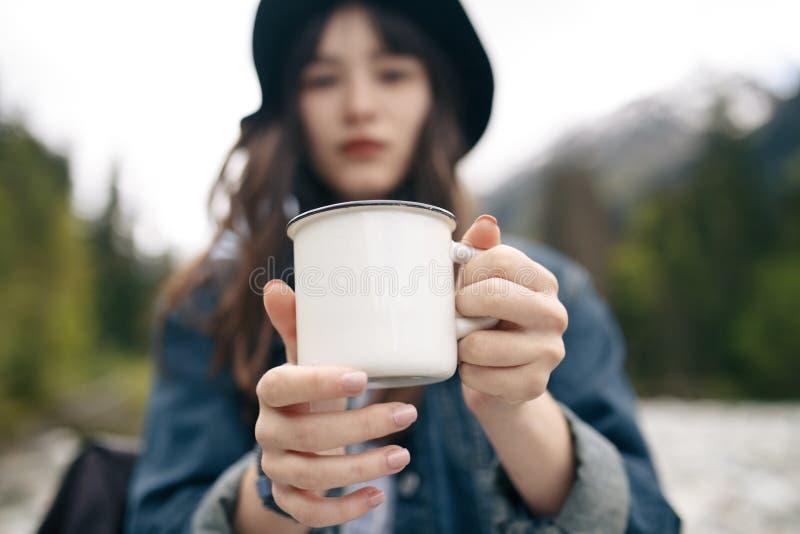 Vinho tinto bebendo da jovem mulher no terraço exterior que olha a opinião bonita do por do sol do mar Mediterrâneo Fêmea no bran foto de stock