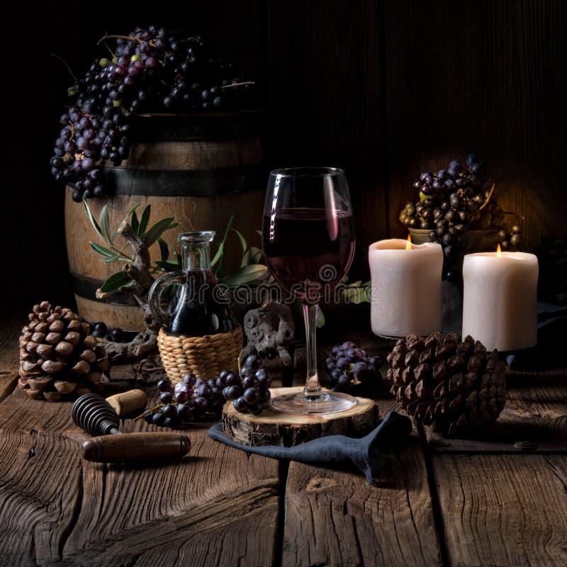 Vinho tinto de um tambor com uvas e um vidro do vinho fotografia de stock