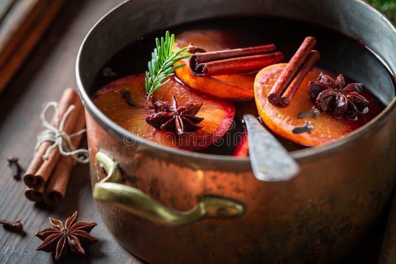 Vinho tinto ferventado com especiarias saboroso e caseiro com canela e laranjas foto de stock royalty free