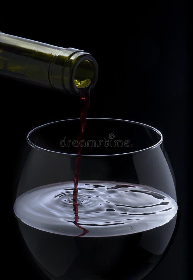 Download Derramando Um Vidro Do Vinho Foto de Stock - Imagem de queda, onda: 29844556