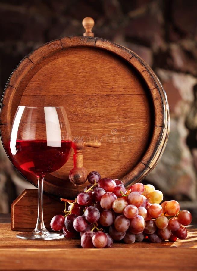 Vinho vermelho Ainda vida com vidro do vinho tinto, das uvas e do tambor Foco seletivo Copie o espaço imagem de stock royalty free