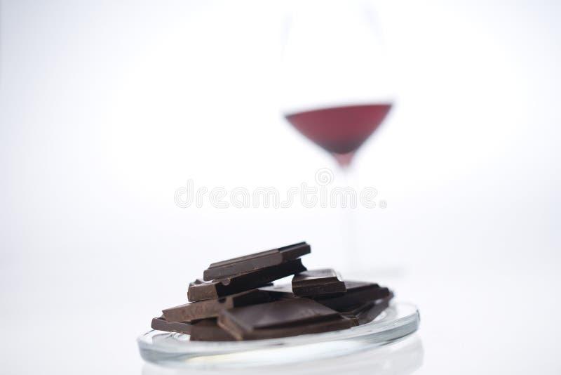 Vinho vermelho com chocolate com fundo branco foto de stock