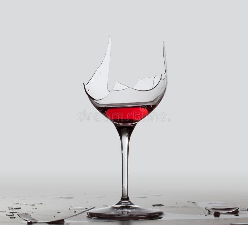 Vinho vermelho da bebida do demónio no vidro imagens de stock