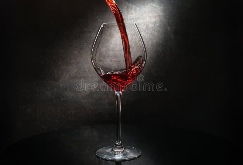 Vinho vermelho de derramamento fotos de stock royalty free