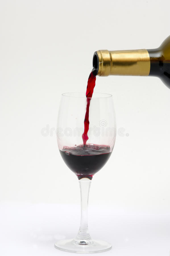 Vinho vermelho de derramamento do Bordéus foto de stock royalty free