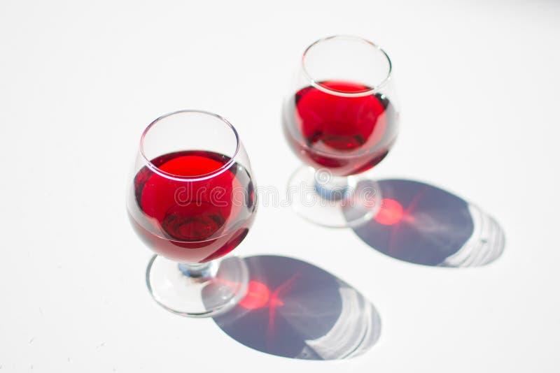 Vinho vermelho de derramamento em um vidro fotos de stock