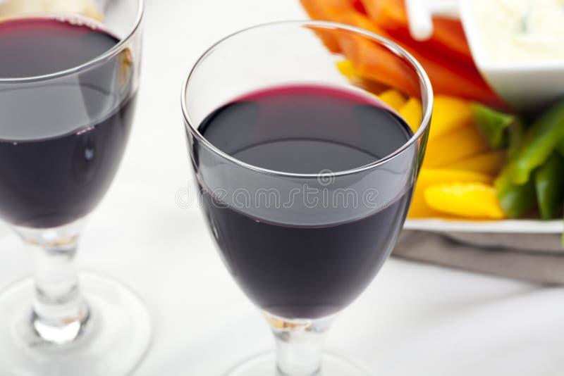 Vinho vermelho e aperitivos imagem de stock
