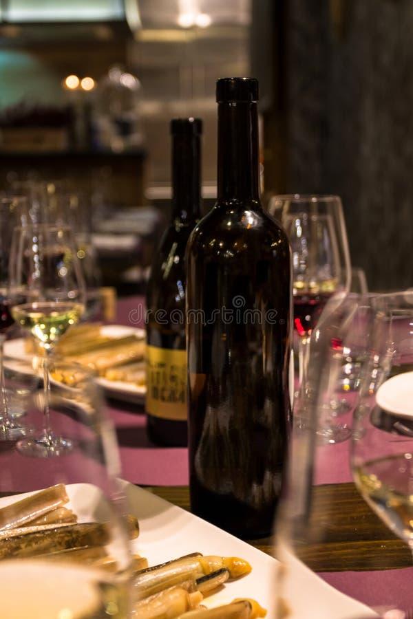 Vinho vermelho e branco para o partido fotografia de stock