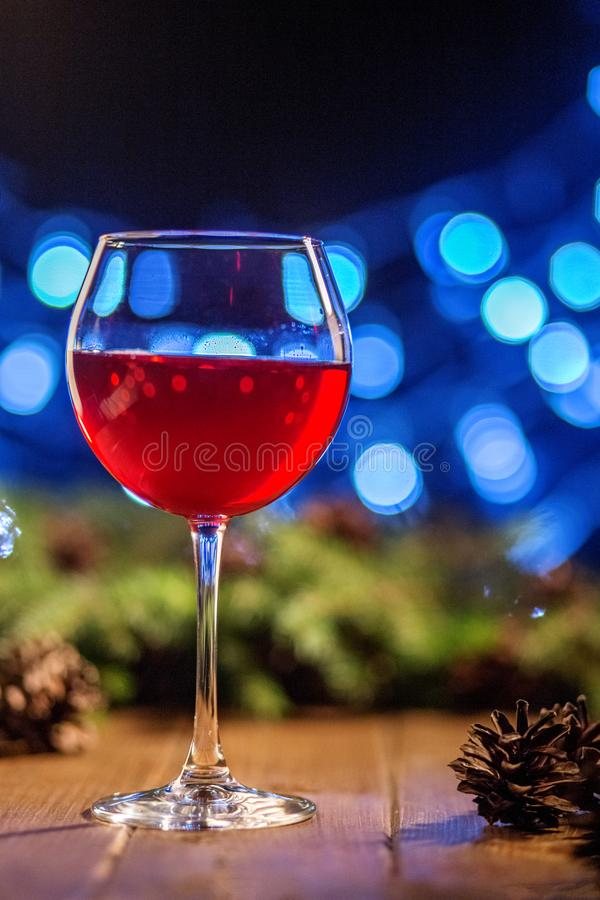 Vinho vermelho em um vidro Conceito do Natal feliz, ano novo, Winte imagem de stock royalty free