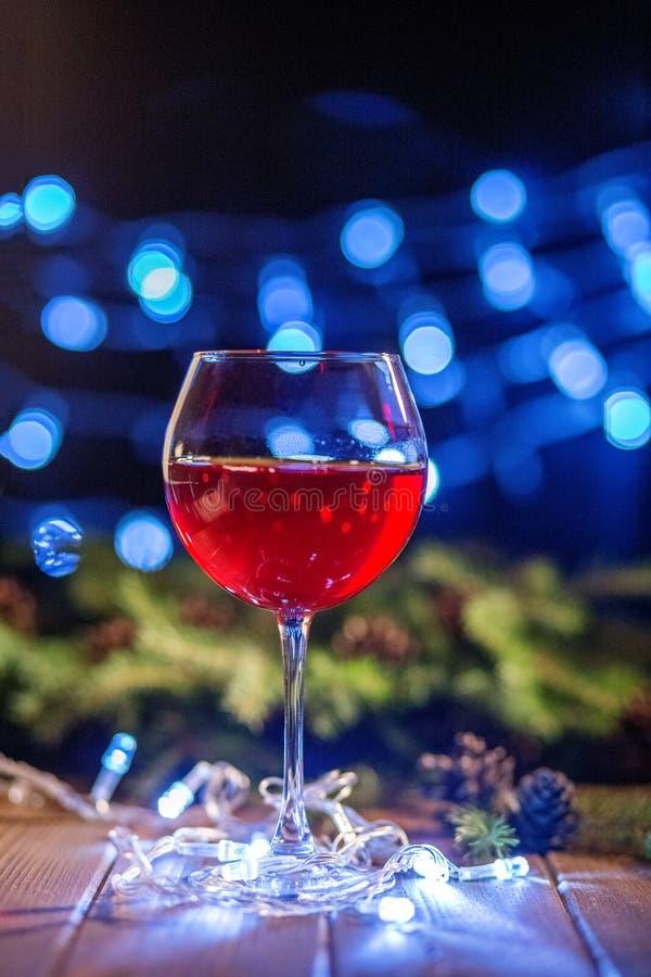 Vinho vermelho em um vidro Restaurante Conceito do Natal feliz, novo imagens de stock