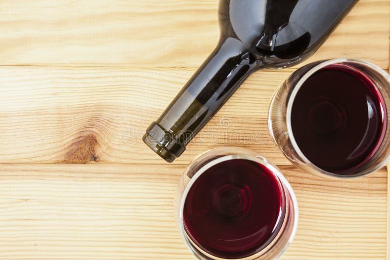 Vinho vermelho no fundo da tabela da madeira de pinho foto de stock