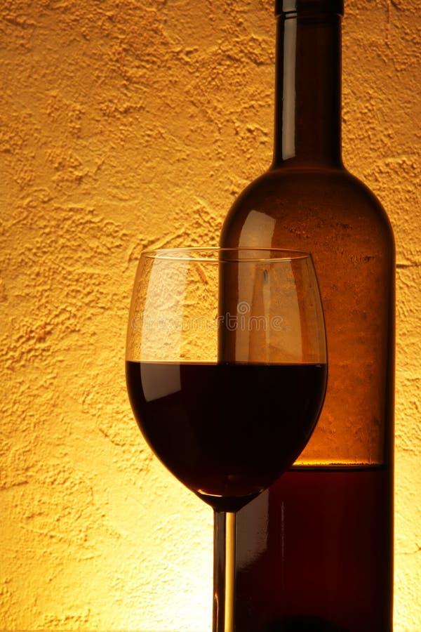 Vinho vermelho sobre o fundo textured imagens de stock royalty free