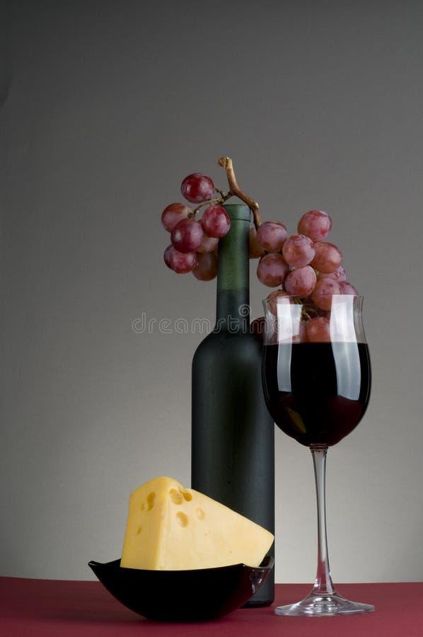 Vinho vermelho, uva e queijo. fotografia de stock royalty free
